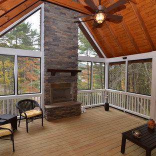 Foto di un portico stile americano davanti casa con un portico chiuso e un tetto a sbalzo