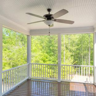 Foto di un portico country di medie dimensioni e dietro casa con un portico chiuso, pedane e un tetto a sbalzo
