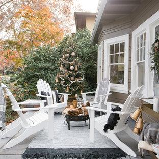 На фото: веранда на переднем дворе в стиле современная классика с покрытием из бетонных плит с