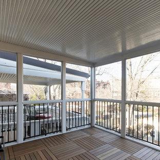 Diseño de porche cerrado tradicional renovado, de tamaño medio, en patio trasero y anexo de casas, con entablado