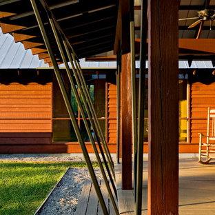 Ispirazione per un portico country con pedane e un tetto a sbalzo