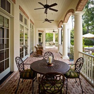 Ejemplo de terraza tradicional, de tamaño medio, en anexo de casas y patio trasero, con adoquines de ladrillo