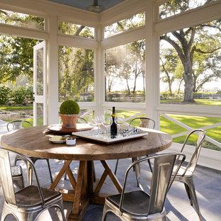 Idee per un portico country con un tetto a sbalzo, un portico chiuso e pavimentazioni in pietra naturale
