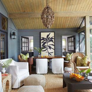 Выдающиеся фото от архитекторов и дизайнеров интерьера: большая веранда на заднем дворе в стиле кантри с крыльцом с защитной сеткой и навесом
