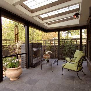 Cette photo montre un porche asiatique avec un foyer extérieur.