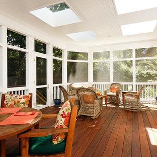 Idéer för en klassisk innätad veranda, med trädäck och takförlängning