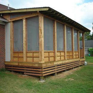 Idee per un portico stile rurale di medie dimensioni e dietro casa con un portico chiuso, pedane e un tetto a sbalzo