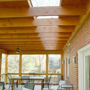 Immagine di un portico minimalista di medie dimensioni e dietro casa con un portico chiuso
