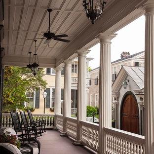 Esempio di un portico vittoriano con pedane e un tetto a sbalzo