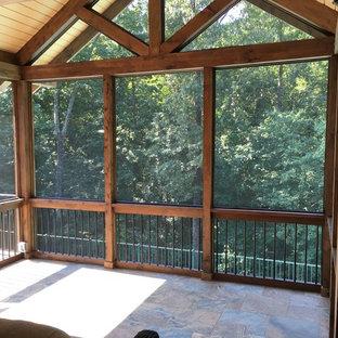 Ispirazione per un grande portico stile americano nel cortile laterale con un portico chiuso, pedane e un tetto a sbalzo