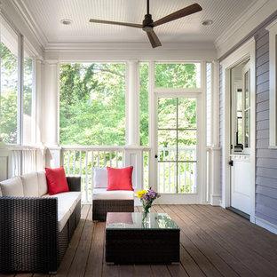 Foto de porche cerrado tradicional renovado, extra grande, en patio trasero y anexo de casas, con entablado