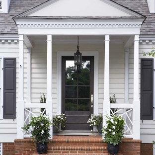 Diseño de terraza clásica renovada, pequeña, en patio delantero y anexo de casas, con jardín de macetas y adoquines de ladrillo