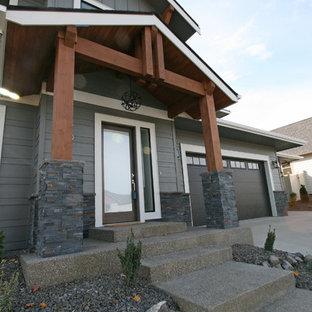 Cette image montre un porche avant traditionnel de taille moyenne avec une dalle de béton et une extension de toiture.