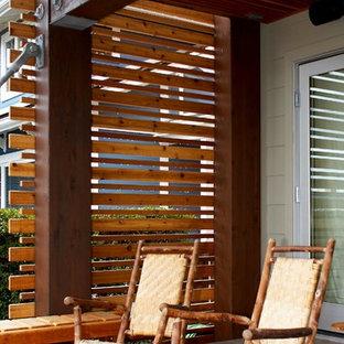 Ispirazione per un patio o portico moderno di medie dimensioni e davanti casa con un tetto a sbalzo