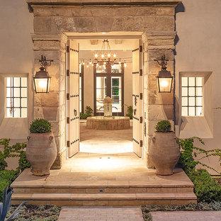 Ispirazione per un ampio portico rustico davanti casa con fontane e pavimentazioni in pietra naturale