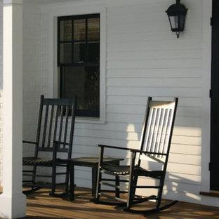 Ispirazione per un grande portico country davanti casa con pedane e un parasole