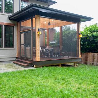 Idées déco pour un petit porche arrière contemporain avec une moustiquaire et une terrasse en bois.