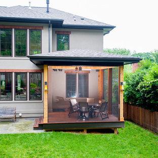 Immagine di un piccolo portico design dietro casa con un portico chiuso e pedane