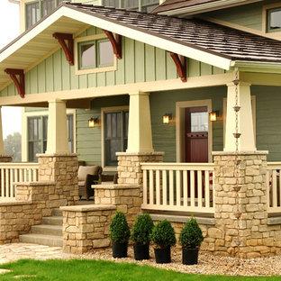 Esempio di un grande portico american style davanti casa con lastre di cemento e un tetto a sbalzo