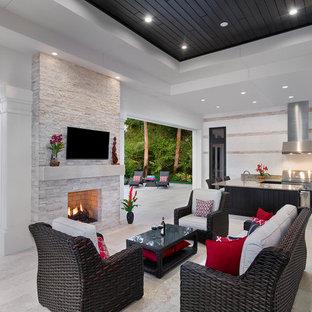 Idée de décoration pour un très grand porche avec une cuisine extérieure arrière tradition.