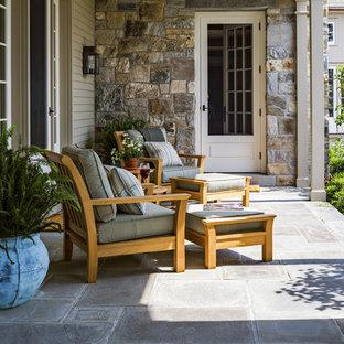 Свежая идея для дизайна: огромная веранда на заднем дворе в классическом стиле с покрытием из каменной брусчатки и навесом - отличное фото интерьера
