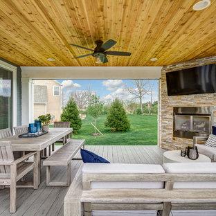 Immagine di un grande portico minimalista dietro casa con pedane e un tetto a sbalzo