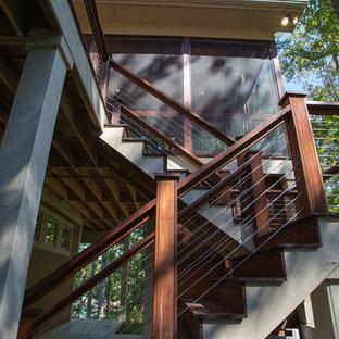 Idee per un portico american style di medie dimensioni e dietro casa con un portico chiuso e pedane