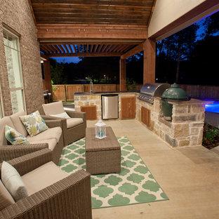 Esempio di un portico american style di medie dimensioni e dietro casa con lastre di cemento e un tetto a sbalzo