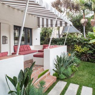 Новый формат декора квартиры: веранда в средиземноморском стиле с покрытием из плитки и козырьком