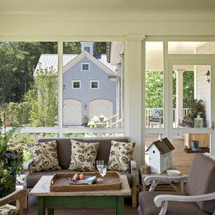 Diseño de porche cerrado campestre, en anexo de casas, con entablado