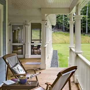Неиссякаемый источник вдохновения для домашнего уюта: веранда в классическом стиле с настилом и навесом