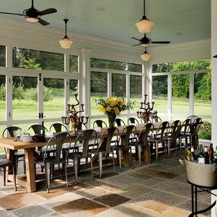 Inspiration för en lantlig innätad veranda, med takförlängning