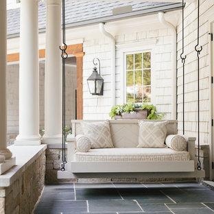 Idéer för att renovera en liten vintage veranda på baksidan av huset, med takförlängning och kakelplattor