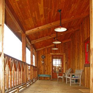Immagine di un portico rustico con pedane e un tetto a sbalzo
