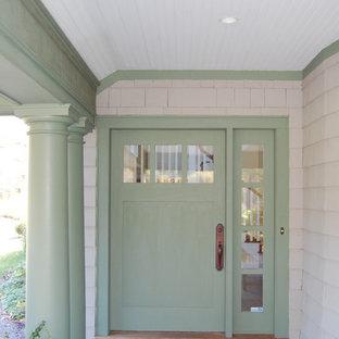 Esempio di un portico classico di medie dimensioni e davanti casa con piastrelle e un tetto a sbalzo