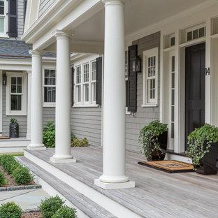 Diseño de terraza tradicional, en patio delantero y anexo de casas, con entablado
