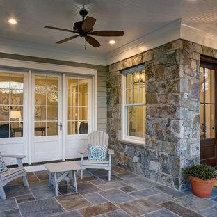 Diseño de terraza tradicional renovada, grande, en patio delantero y anexo de casas, con suelo de baldosas
