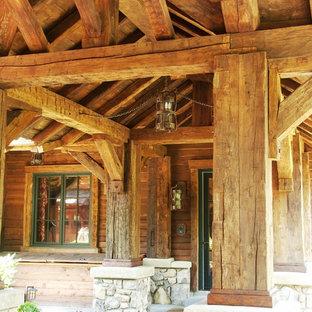 Ispirazione per un portico rustico di medie dimensioni e davanti casa con pavimentazioni in cemento e un tetto a sbalzo