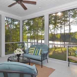 Imagen de porche cerrado tradicional renovado, grande, en patio delantero, con entablado