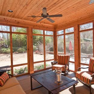 Modelo de porche cerrado pequeño, en patio trasero y anexo de casas, con suelo de hormigón estampado