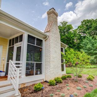 Ispirazione per un ampio portico classico dietro casa con un portico chiuso e un tetto a sbalzo