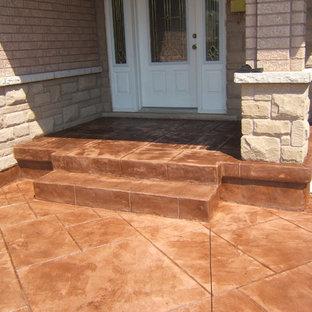 Esempio di un piccolo portico tradizionale davanti casa con lastre di cemento e un tetto a sbalzo