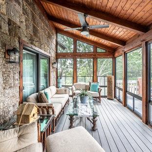 Ispirazione per un piccolo portico stile rurale dietro casa con un portico chiuso, pedane e un tetto a sbalzo