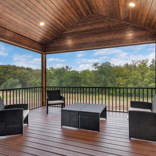 Idee per un patio o portico stile americano di medie dimensioni e dietro casa con un portico chiuso e un tetto a sbalzo