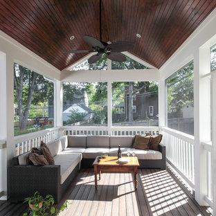 Ispirazione per un grande portico minimal dietro casa con un portico chiuso, pedane e un tetto a sbalzo