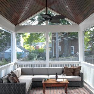 Foto de porche cerrado tradicional, grande, en patio trasero y anexo de casas, con entablado