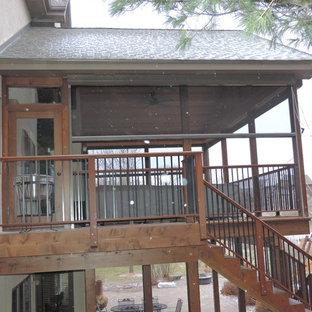 Immagine di un portico rustico di medie dimensioni e nel cortile laterale con un portico chiuso, pavimentazioni in cemento e un tetto a sbalzo