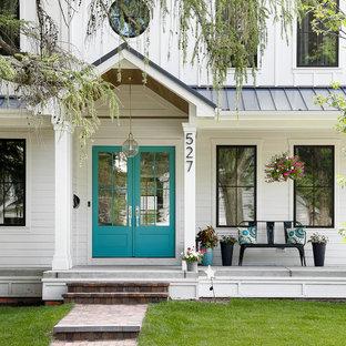 Esempio di un patio o portico country con un giardino in vaso, lastre di cemento e un tetto a sbalzo