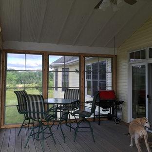 Idées déco pour un porche arrière classique de taille moyenne avec une moustiquaire et une extension de toiture.