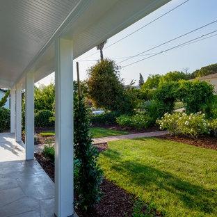 Idee per un portico stile marinaro di medie dimensioni e davanti casa con un tetto a sbalzo